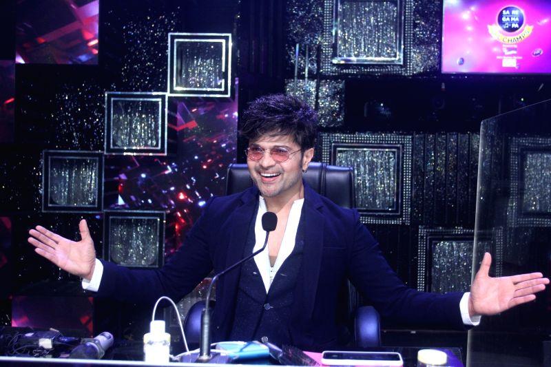 Himesh Reshammiya gives Bollywood offer to reality show participants.
