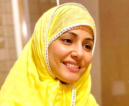 Hina Khan prays for 'protection and healing' on her first Roza.