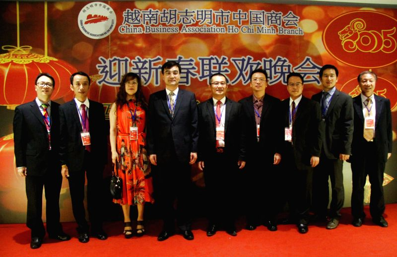 Chinese Consul General in Ho Chi Minh City Chai Wenrui (4th L) poses for photos with members of the China Business Association Ho Chi Minh Branch during a .