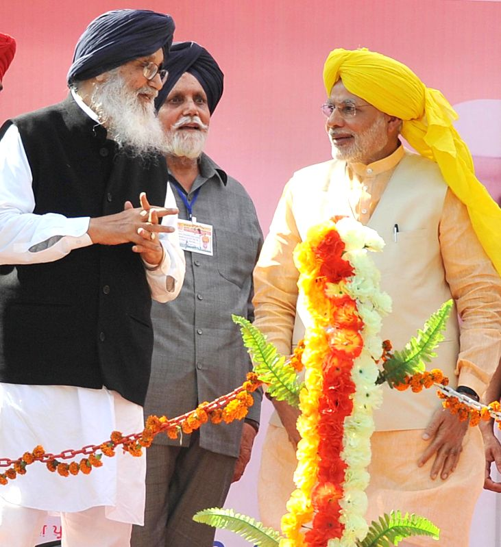 Prime Minister Narendra Modi and Punjab Chief Minister Parkash Singh Badal at National Martyrs Memorial in Hussainiwala of Punjab's Firozpur on March 23, 2015. - Narendra Modi and Parkash Singh Badal