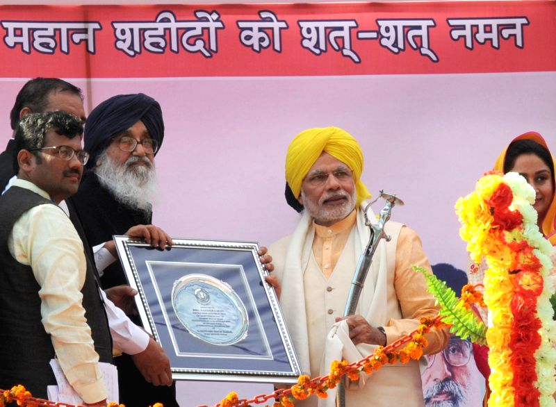 Hussainiwala : Prime Minister Narendra Modi being presented a memento by Punjab Chief Minister Parkash Singh Badal at National Martyrs Memorial in Hussainiwala of Punjab's Firozpur on March 23, 2015. - Narendra Modi and Parkash Singh Badal