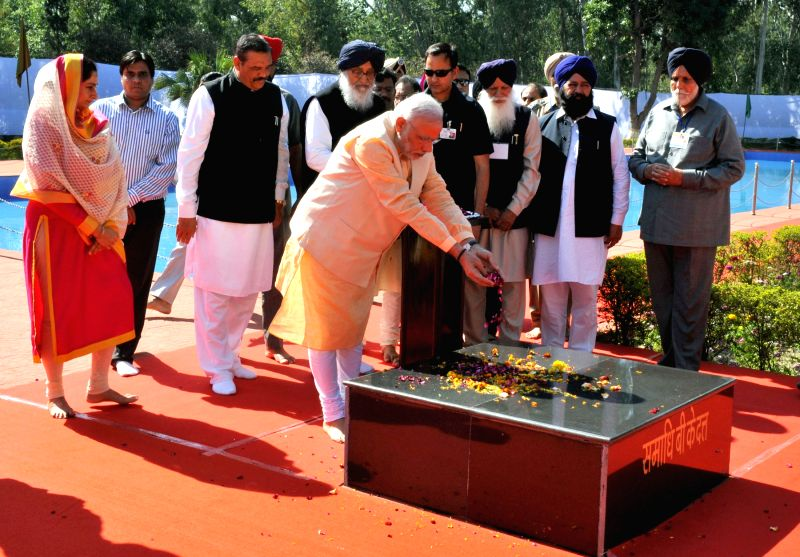 Prime Minister Narendra Modi pays tribute at the Samadhi of B.K. Dutt at National Martyrs Memorial in Hussainiwala of Punjab  on March 23, 2015. Also seen Punjab Chief Minister Parkash ... - Narendra Modi, K. Dutt and Parkash Singh Badal