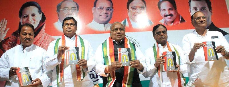Congress leader Kunduru Jana Reddy, Telangana Congress President Ponnala Lakshmaiah and others during a programme to launch party leader V Hanumantha Rao's book in Hyderabad, on Dec 26, ... - Kunduru Jana Reddy