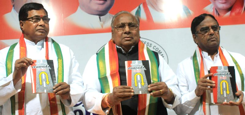 Congress leader Kunduru Jana Reddy and Telangana Congress President Ponnala Lakshmaiah during a programme to launch party leader V Hanumantha Rao's book in Hyderabad, on Dec 26, 2014. - Kunduru Jana Reddy