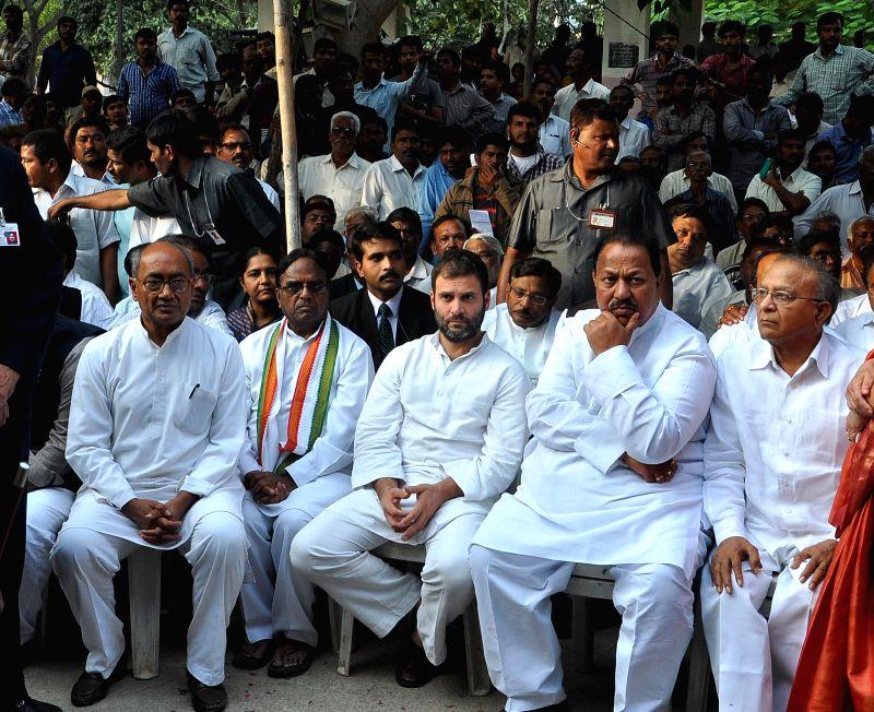Congress vice president Rahul Gandhi, Telangana Congress chief Ponnala Lakshmaiah , party general secretary Digvijaya Singh and others at the funeral of congress veteran G.Venkatswamy in .. - Rahul Gandhi and Digvijaya Singh