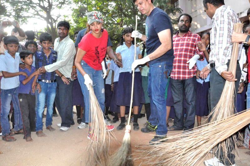 Manchu Lakshmi participated in Swacch Bharath at Jublee Hills, Film Nagar, Governmnet School, on Nov 21, 2014.