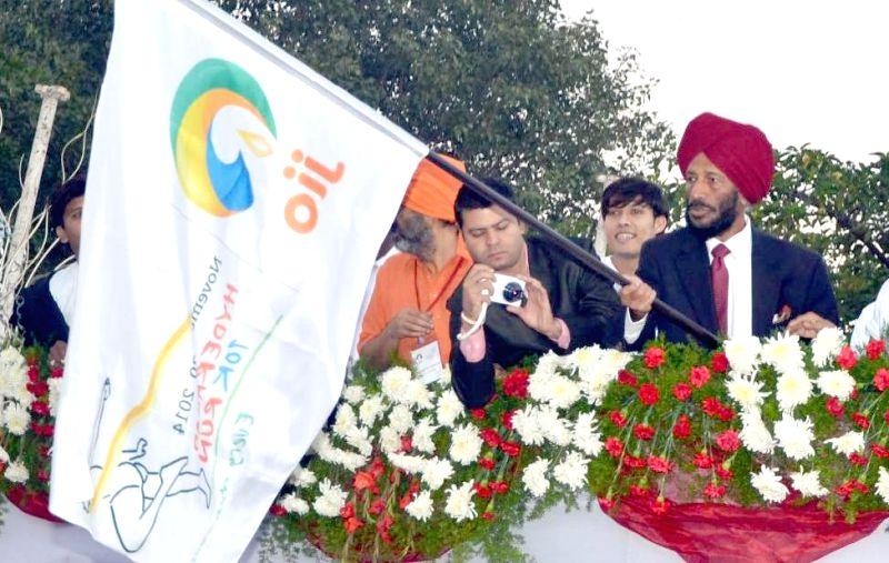 Renowned athlete Milkha Singh flags-off `Hyderabad 10 K Run` on Nov 30, 2014.