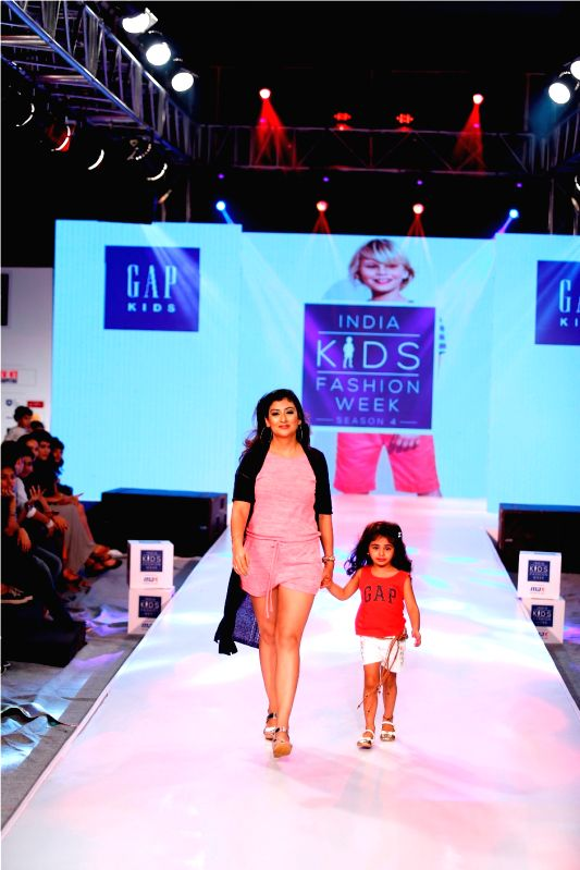 IKFW DAY 1 - JUHI PARMAR WITH DAUGHTER - BRAND - GAP