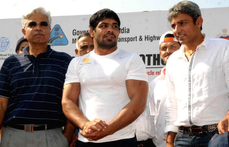 Indian wrestler Sushil Kumar with Former Indian cricketer Ajay Jadeja and  Delhi Police Commissioner B.S. Bassi during flagging-off ceremony of a Cyclothon for road safety in New Delhi on April 20, .. - Sushil Kumar and Ajay Jadeja