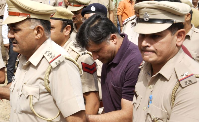 Inspector Amit Kumar (in middle), the alleged accused in journalist Pooja Tiwari murder case being taken for medical examination in Faridabad, on May 6, 2016. - Amit Kumar