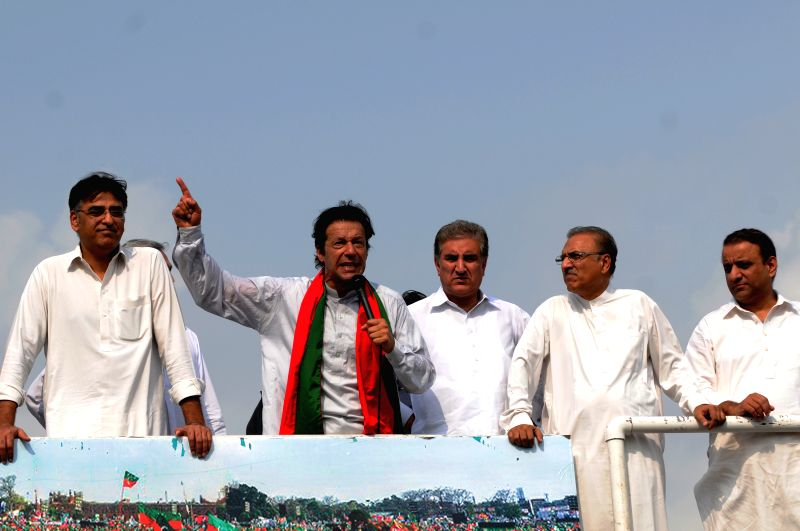 Pakistani opposition leader Imran Khan (2nd L) addresses his supporters during a protest in Islamabad, capital of Pakistan, Aug. 21, 2014. Pakistani parliament .. - Nawaz Sharif