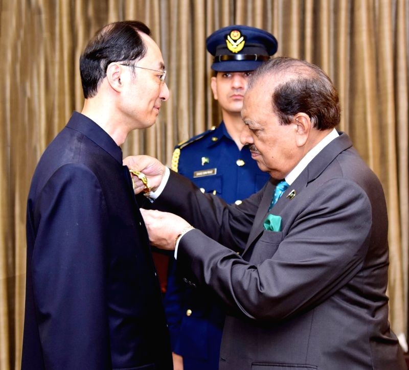 """ISLAMABAD, Oct. 7, 2017 - Chinese Ambassador to Pakistan Sun Weidong (L) receives """"Hilal-i-Pakistan"""" given by Pakistani President Mamnoon Hussain (R) in Islamabad, capital of Pakistan, Oct. ..."""