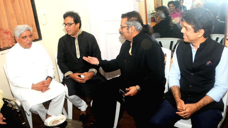 Iyricist Javed Akhta Ghazal singer Talat Aziz singer Hariharan with Saurav Daftary during the Jagjit Singh's brother Kartar Singh's book launch in Mumbai on July 18, 2014. - Jagjit Singh