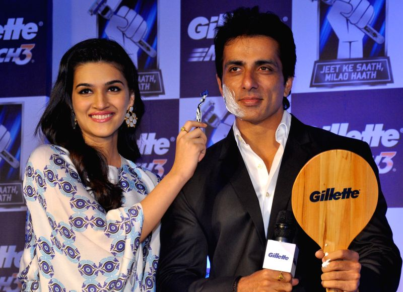 Actors Kriti Sanon and Sonu Sood during a promotional programme in Jaipur, on Dec 9, 2014.