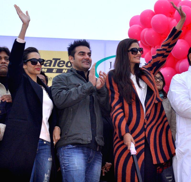 Actors  Malaika Arora Khan, Arbaaz Khan and Sonam Kapoor flag off Jaipur Marathon from Albert Hall on Jan 25, 2015.