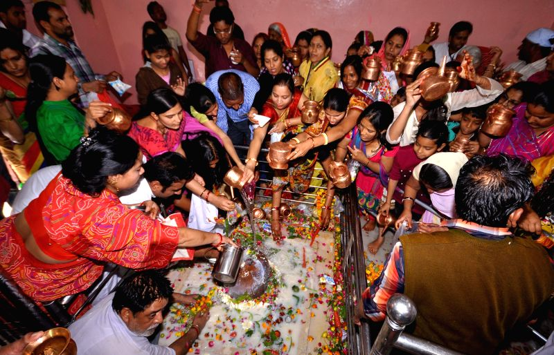 Devotees worship lord Shiva at a Jaipur temple on Mahashivratri on Feb 17, 2015.