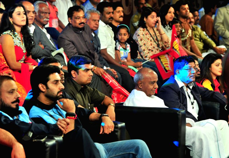 Jaipur Pink Panther owner actor Abhishek Bachchan and former Prime Minister H D Deve Gowda witnesses a Pro-Kabaddi League match between Bengaluru Bulls and Jaipur Pink Panthers at Kanteerava Indoor .. - Abhishek Bachchan
