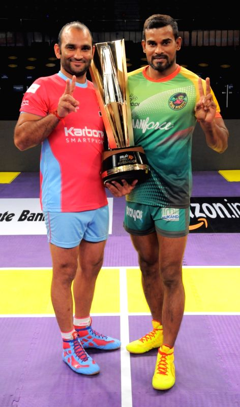Jaipur Pink Panthers captain Jasvir Singh and Patna Pirates captain Dharmaraj Cheralathan during a ceremony organised to unveil the Pro Kabaddi League 2016 trophy in Hyderabad on July 30, ... - Jasvir Singh
