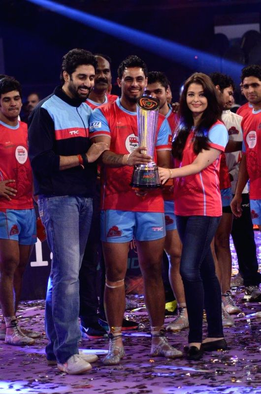 Jaipur Pink Panthers owner and Bollywood actor Abhishek Bachchan along with his wife Aishwarya Rai during the finals of the Pro Kabaddi League between Jaipur Pink Panthers and U Mumba in Mumbai on ... - Abhishek Bachchan and Aishwarya Rai