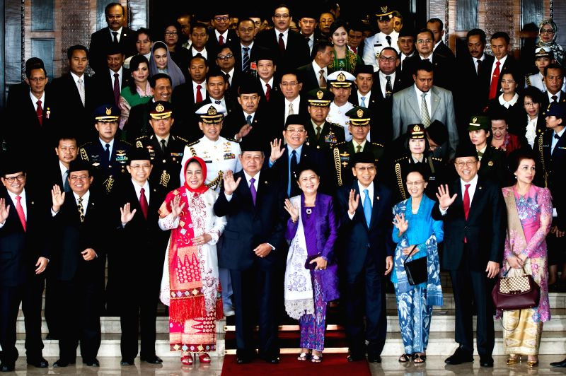 Indonesian President Susilo Bambang Yudhoyono (5th L, front) poses for group photos after delivering the state speech for Indonesia's Independence Day that falls on