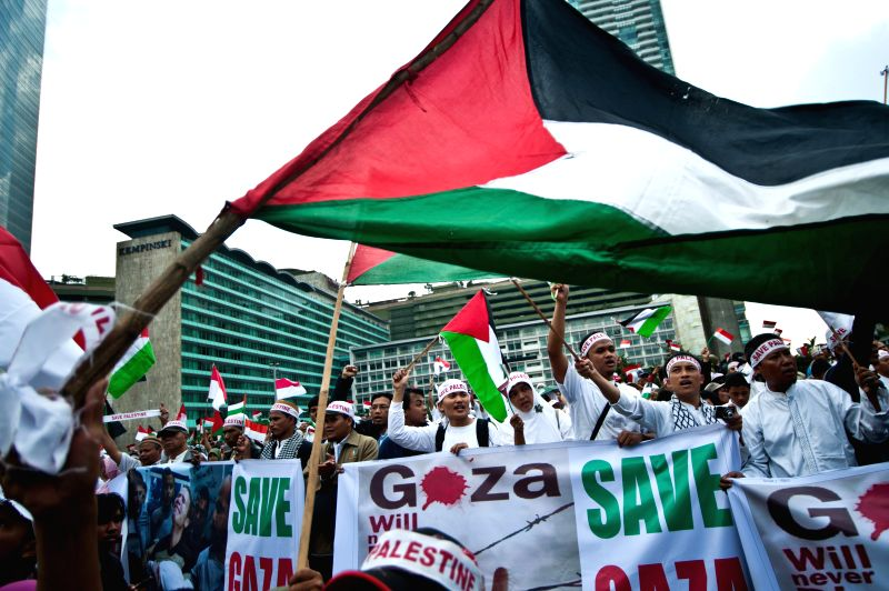 Mass from Indonesian people solidarity for Palestine shout slogans during a rally to support and save Palestine in Jakarta, Indonesia, July 11, 2014. (Xinhua/Veri ..