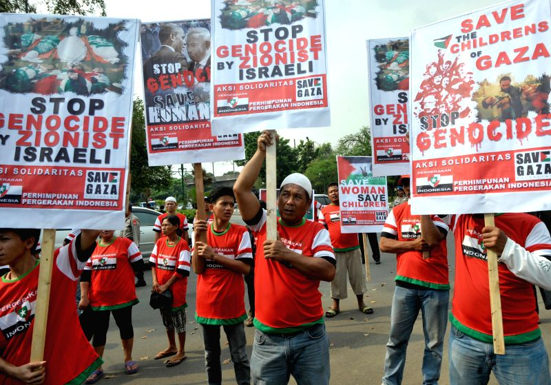 Indonesian protesters hold placards during a rally to call for an end of Israeli strikes in Gaza in front of U.S. Embassy in Jakarta, Indonesia, July 18, 2014. The .