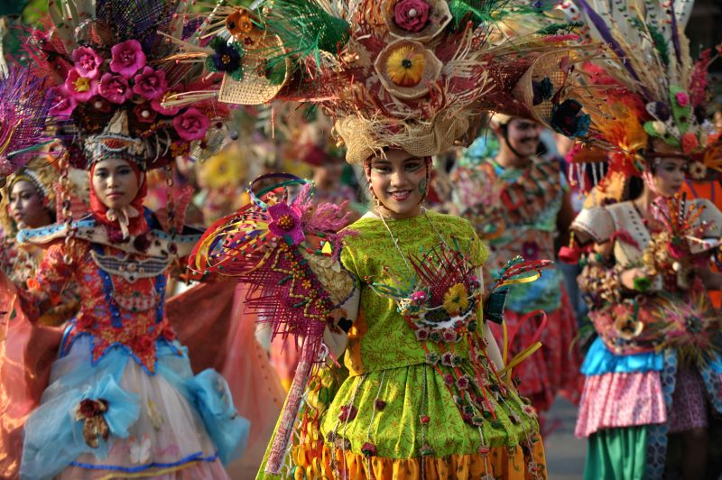 People perform on the Jakarta Carnival during the 487th anniversary of the capital city in Jakarta, Indonesia, June 22, 2014.