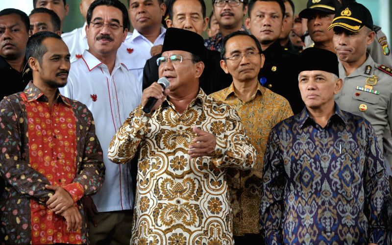 Indonesian presidential hopeful Prabowo Subianto (C Front) and his running mate Hatta Rajasa (R Front) attend a press conference after clarifying the reports of ...
