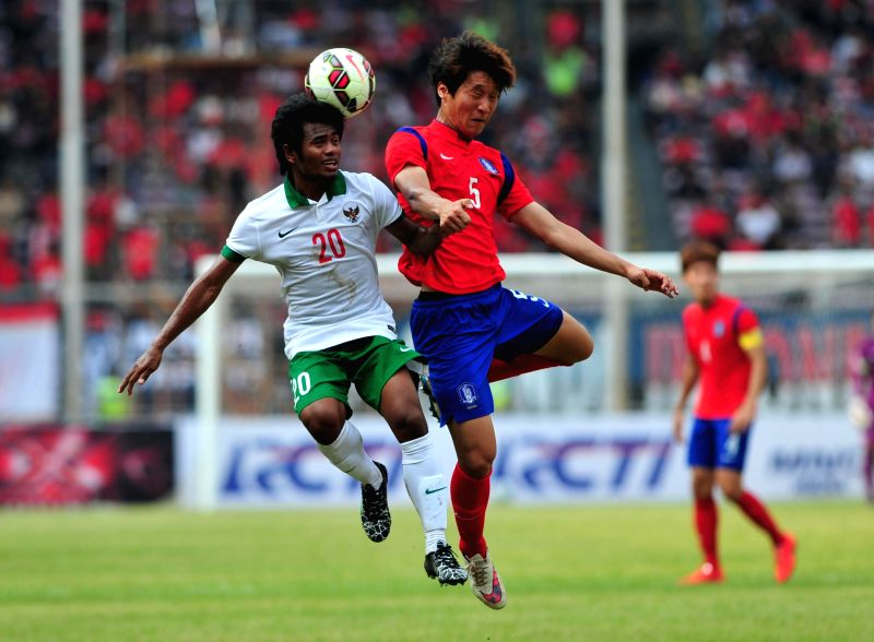 Woo Jusung (R) of South Korea vies for the ball against Ilham Udin Armaiyn of Indonesia their qualification match of Group H at the AFC U-23 Championship 2016 at ...