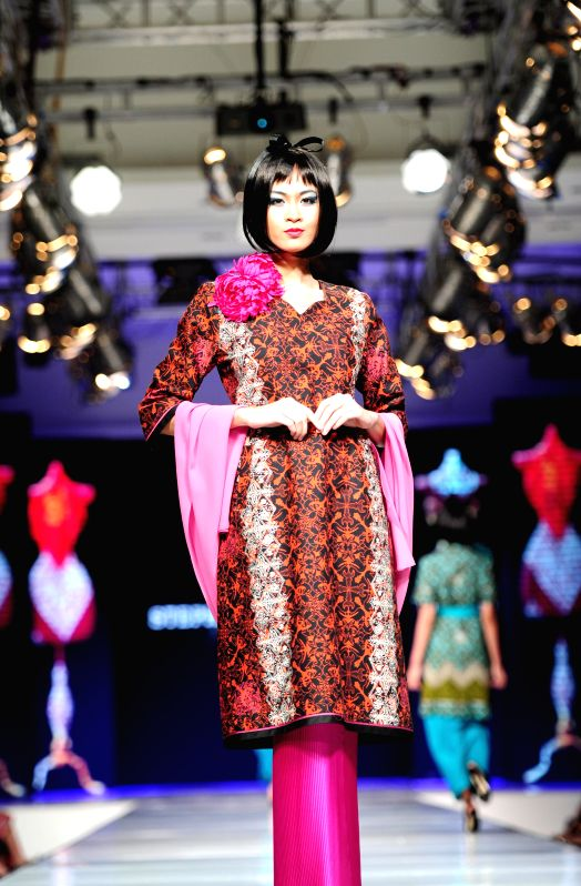 A model presents a creation by Indonesian designer Stephanus Hamy during Jakarta Fashion and Food Festival at Kelapa Gading in Jakarta, Indonesia, May 16, 2014.