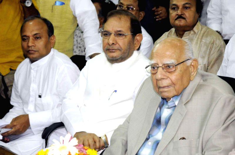 JD(U) leader Sharad Yadav and eminent lawyer Ram Jethmalani at Bihar assembly in Patna on May 30, 2016. - Sharad Yadav