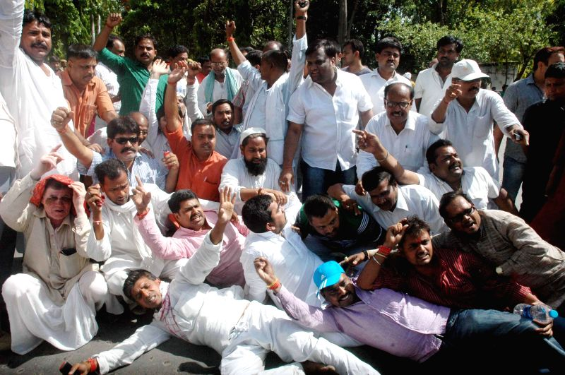 JD-U workers demonstrate against Bihar Chief Minister and party leader Nitish Kumar's decision of resigning from his post in Patna on May 18, 2014. - Nitish Kumar