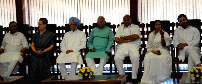 JDU leader, Sharad Yadav, Former Prime Minister Dr. Manmohan Singh, RJD supremo Lalu Yadav, NCP chief Sharad Pawar, Trinamool Congress chief Mamata Banerjee, Congress Vice President, Rahul ... - Sharad Yadav, Manmohan Singh, Lalu Yadav, Mamata Banerjee and Rahul Gandhi