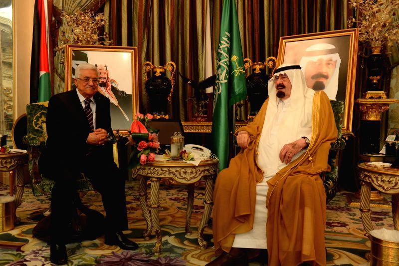 Palestinian President Mahmoud Abbas(L) meets with Saudi Arabia's King Abdullah bin Abdulaziz al-Saud, in Jeddah, Saudi Arabia, on July 27, 2014.