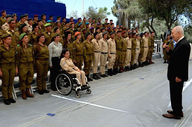 Israeli President Shimon Peres (R) speaks with soldiers during preparations for celebrations of Israel's Independence Day in Jerusalem, May 1, 2014. The Jewish ...