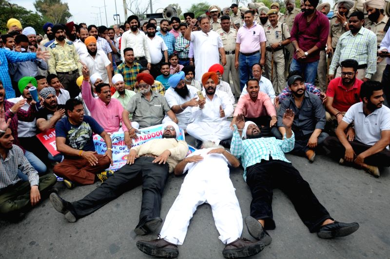 Jewellers stage a demonstration to protest against the one percent excise duty proposed by Finance Minister Arun Jaitley in the 2016-17 national budget, in Amritsar, on April 5, 2016. - Arun Jaitley
