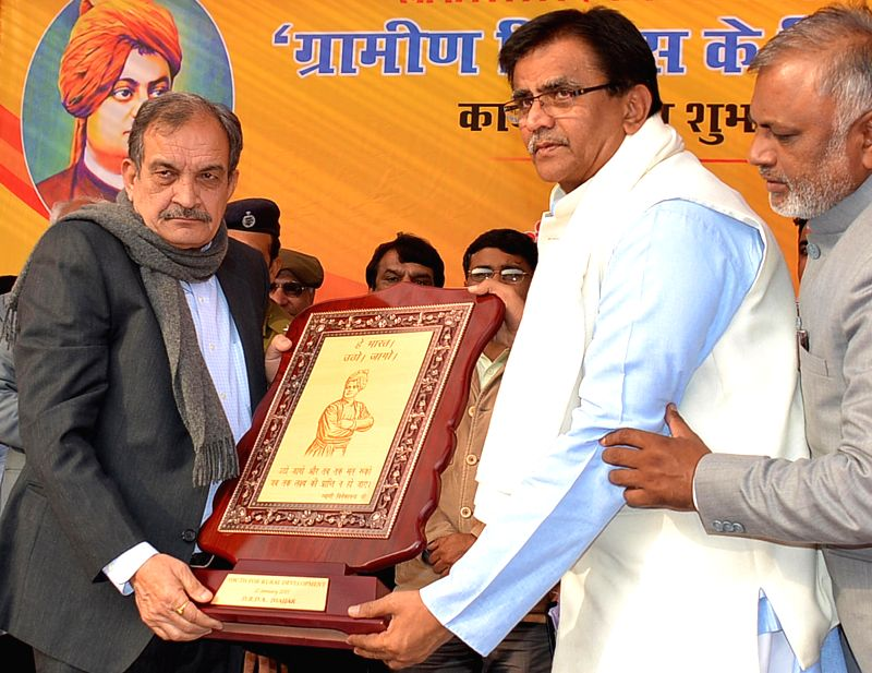Union Rural Development minister Chaudhary Birender Singh being felicitation by Haryana Agriculture Minister O.P. Dhankar during a programme organised on the birth anniversary celebrations .. - Chaudhary Birender Singh