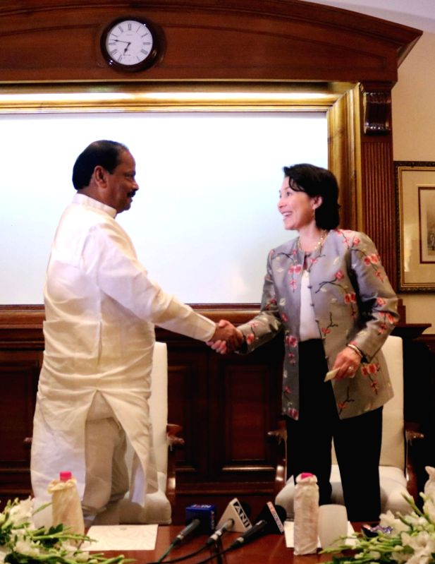 Jharkhand Chief Minister Raghubar Das and Oracle CEO Safra Catz during a programme organised to sign an MoU between Jharkhand government and Oracle at Oracle OpenWorld (OOW) in New Delhi ... - Raghubar Das