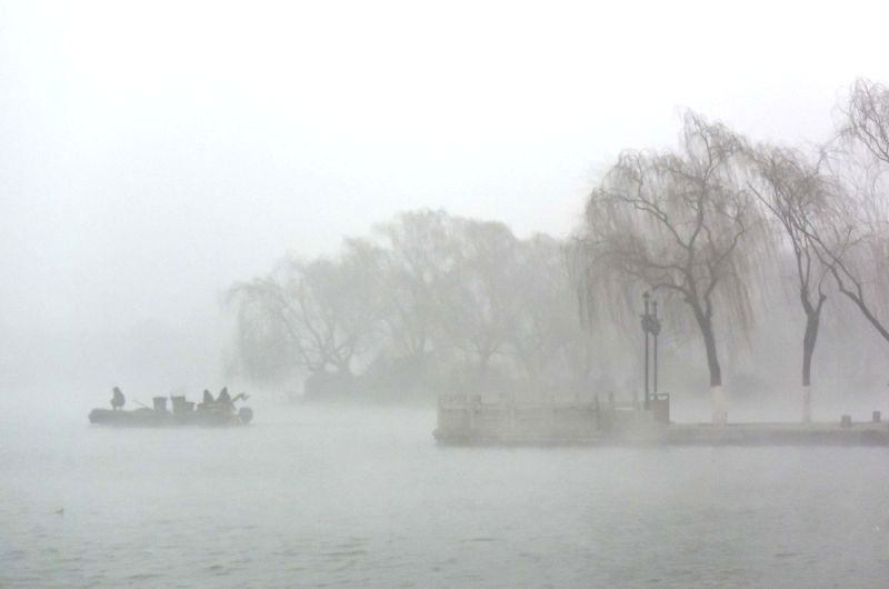 JI'Photo taken on Jan. 16, 2015 shows the haze-shrouded Daming Lake in Jinan, capital of east China's Shandong Province.