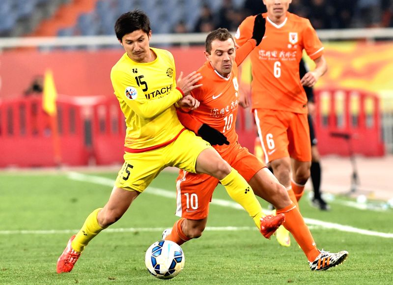 Montillo (R) of China's Shandong Luneng FC vies with Taketomi Kosuke of Japan's Kashiwa Reysol during the group E match at the 2015 AFC Champions League in Jinan, ...