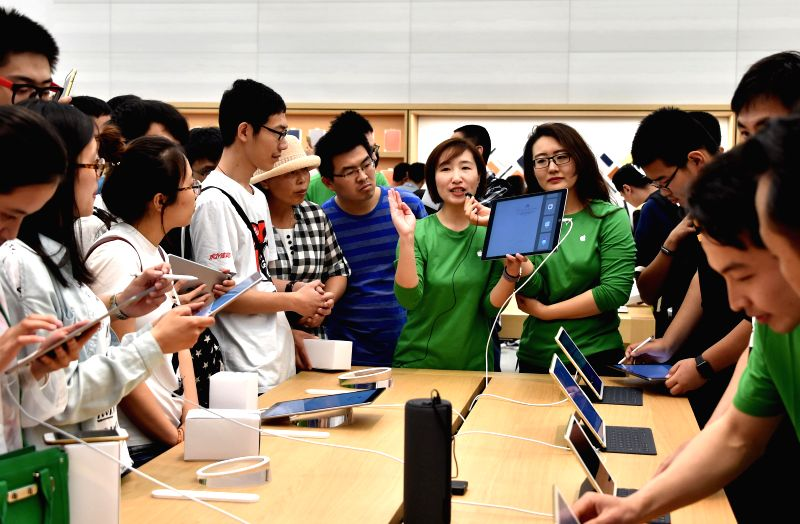 JINAN, May 21, 2016 - Sales of an Apple retail store introduce their products in Jinan, east China's Shandong Province, May 21, 2016. The first Apple retail store in Jinan opened on Saturday.