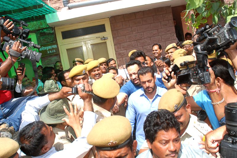 Bollywood actor Salman Khan appear at Jodhpur Court for recording his statement in Black Buck poaching case on April 29, 2015.