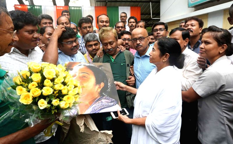 Journalists call on West Bengal Chief Minister and Trinamool Congress supremo Mamata Bannerjee to congratulate her for winning state assembly polls in Kolkata on May 23, 2016. - Mamata Bannerjee
