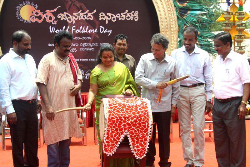 Kannada and culture minister Umashree and eminent writer Baraguru Ramachandrappa during inauguration of World Folklore Day celebrations at Kalagrama in Bangalore  on Aug 22, 2014. - Umashree