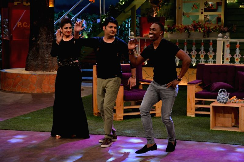 Kapil Sharma and Raveena Tandon teaching Bollywood Dance to DJ Dwayne Bravo on the sets of Sony Entertainment Television`s The Kapil Sharma Show, in Mumbai on May 16, 2016. - Raveena Tandon and Kapil Sharma