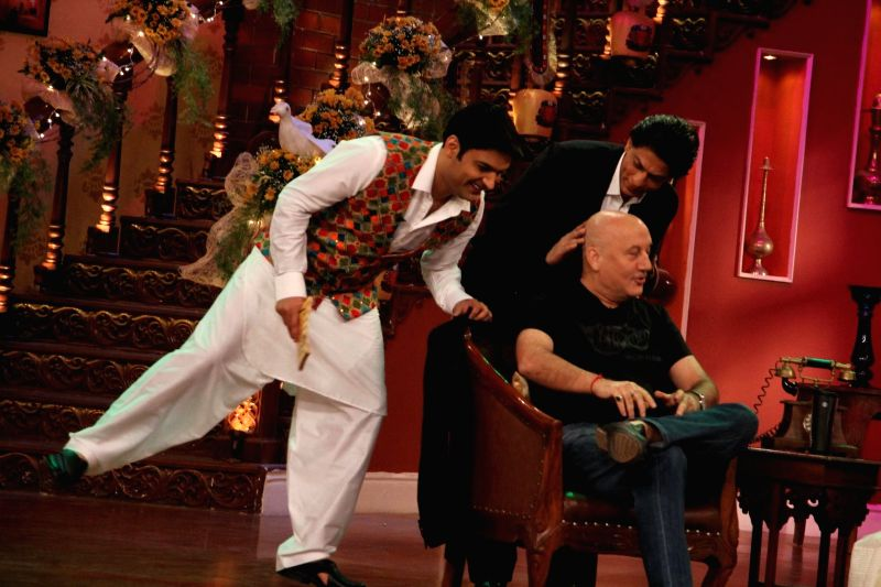 Kapil Sharma, Shahrukh Khan and Anupam Kher on the sets of Comedy Nights With Kapil at Dilwale Dulhania Le Jayenge 1000 weeks completion special episode shoot on Comedy Nights With Kapil in Mumbai on - Kapil Sharma, Shahrukh Khan and Anupam Kher