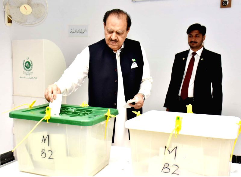 KARACHI, July 25, 2018 - Photo released by Pakistan's Press Information Department (PID) shows Pakistani President Mamnoon Hussain casting his vote in southern Pakistan's Karachi on July 25, 2018.