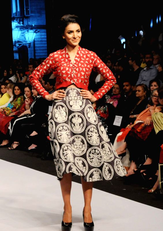Karachi (Pakisstan): A model presents a creation by designer Maheen Karim on the last day of Fashion Pakistan Week in southern Pakistani port city of Karachi, Nov. 27, 2014. The three-day Fashion ...