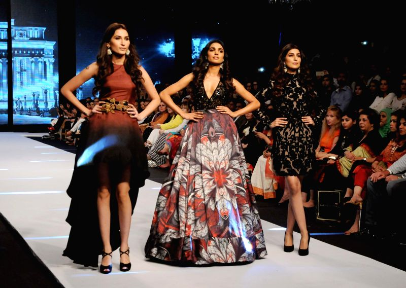 Karachi (Pakisstan): Models present creations by designer Maheen Karim on the last day of Fashion Pakistan Week in southern Pakistani port city of Karachi, Nov. 27, 2014. The three-day Fashion ...