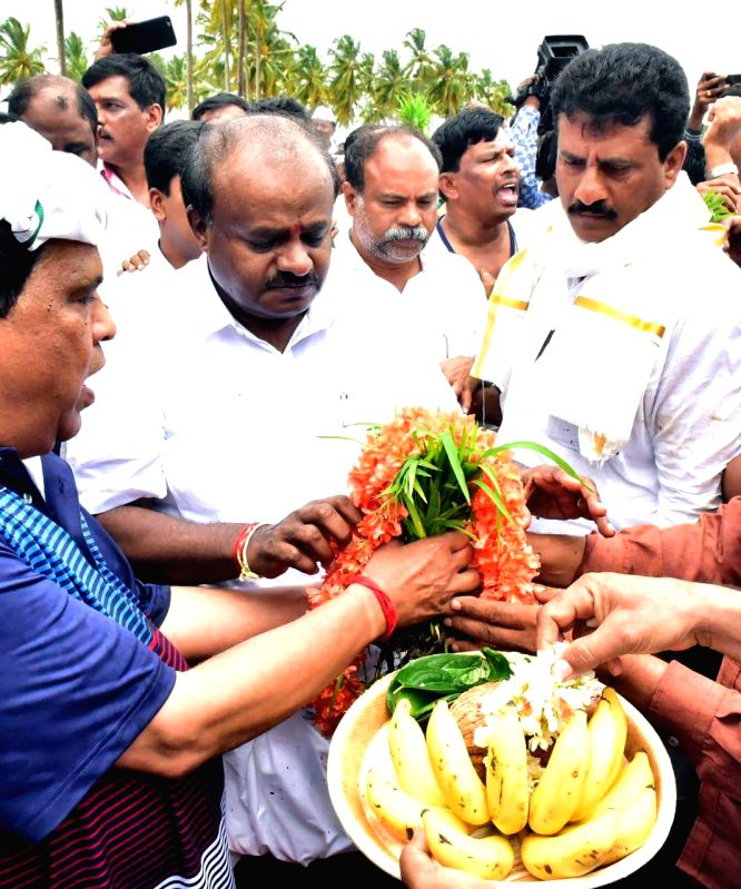 Karnataka Chief Minister HD Kumaraswamy along with farmers at the Sitapura village in the Mandya district of Karnataka on Aug 11, 2018. - H